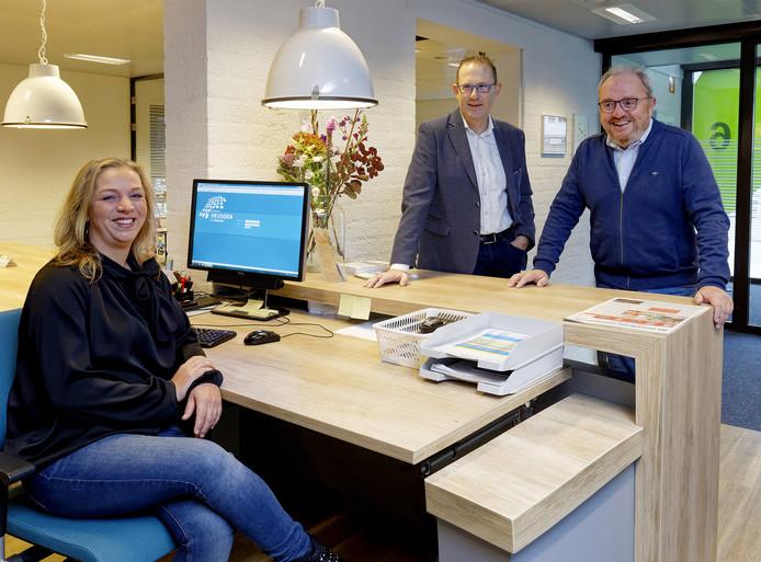Vlnr: Natasja Krete, Arnold Versteeg en Ruud van Hussen, rond de balie van Bijeen.