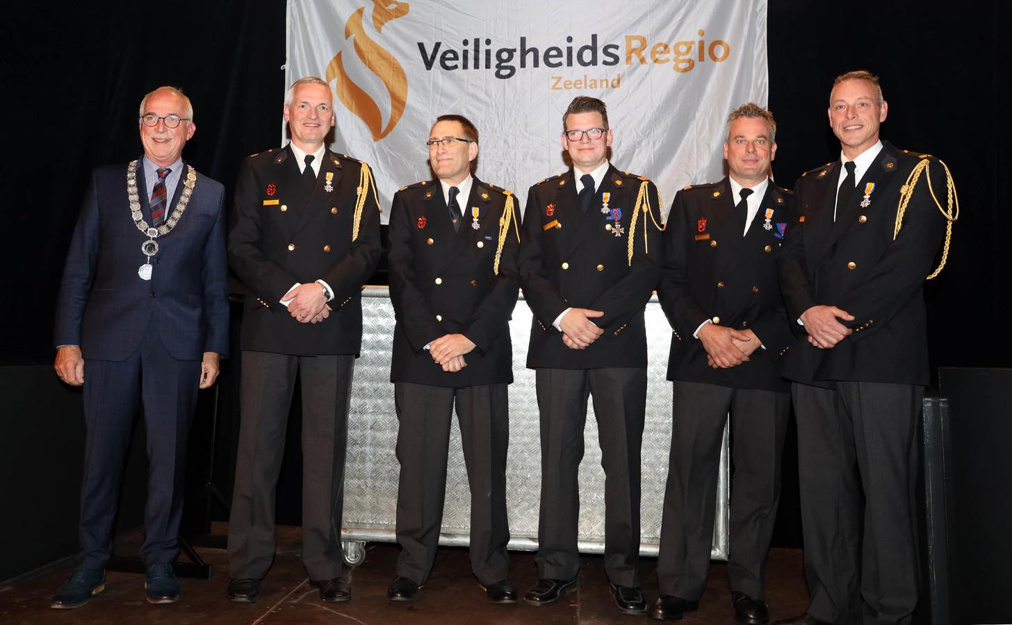 Jan-Frans Mulder (links) reikte lintjes uit aan de jubilerende brandweerlieden vlnr Vincent Lambert, Emiel Wentzler, Kim Boswinkel, Ronald de Nijs en Frank Cornelissens