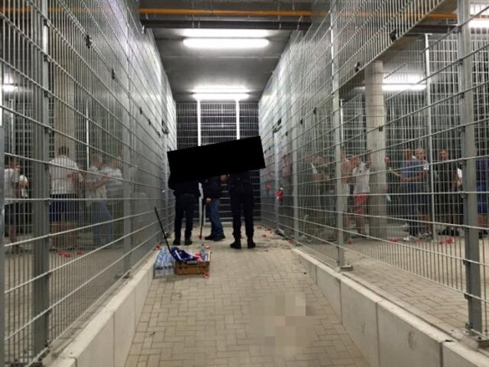 In Arnhem gearresteerde 'voetbalfans' zijn overgebracht naar Nijmegen, waar voorzieningen zijn om grote groepen arrestanten op te vangen.
