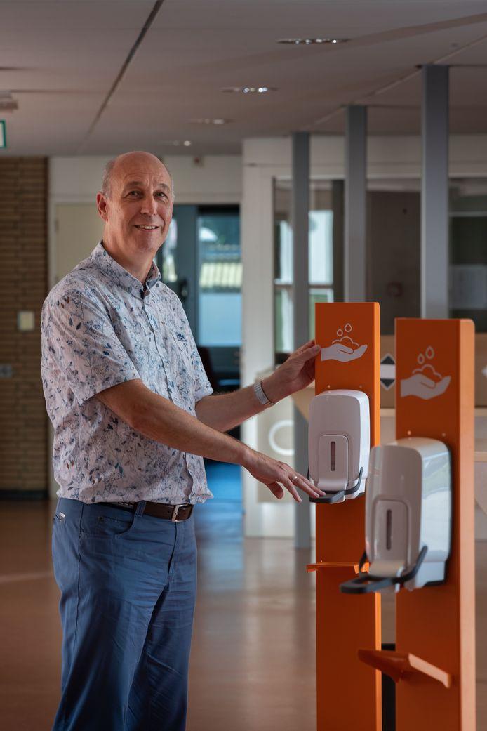 Rector Teunis Wagenaar van RSG Tromp Meesters bij de desinfectiepalen bij de ingang van de school.