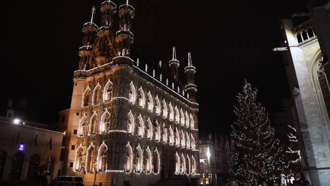 De lichtjes in de grote kerstboom branden al...