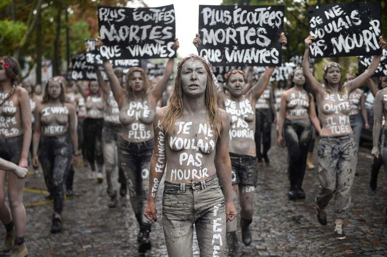 Grijs geverfd trokken de vrouwen naar het kerkhof. Op hun lichaam schreven ze slogans die het geweld veroordelen.