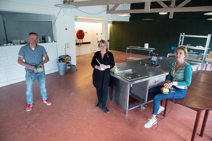 Jos Veltmaat, Anita Lamers en Lieselot Korsten (vlnr) van Stichting Andere Koek.