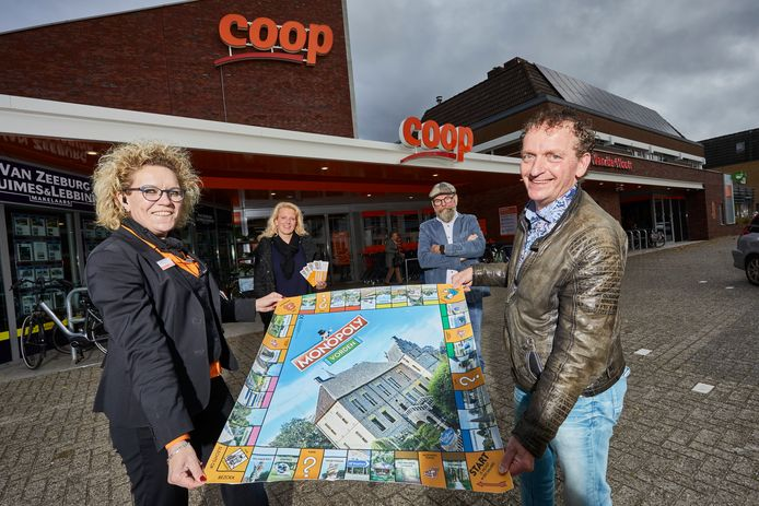 Inwoners van Vorden kunnen hun eigen dorp 'kopen' met Monopoly. Op de voorgrond Monique en John van der Voort van de COOP. Daarachter Vorden-kenner Harry Jansen en Boukje te Meerman, die de foto's maakte voor het spel.