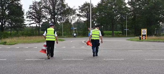 Huning en Smit voeren de alcoholcontrole uit die normaal gesproken door de politie wordt uitgevoerd op de Hamelandweg.