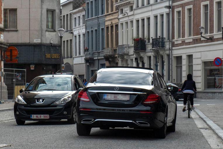 Een Mercedes rijdt door de straten van Borgerhout.