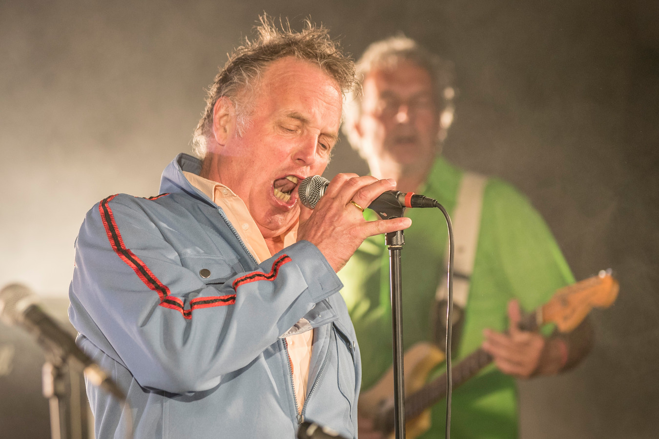 Zanger Bob Fosko van De Raggende Manne ging ondanks zijn ziekte als vanouds tekeer op Klomppop.