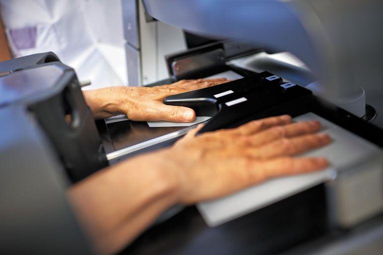 'Bij veruit de meeste patiënten met reumatoïde artritis geeft het onderzoeken van de handen een prima beeld.' Beeld Hemics.