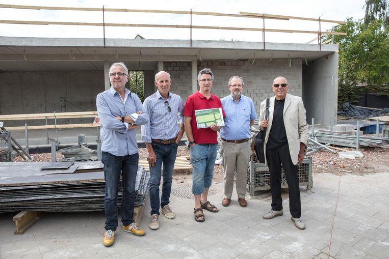 Een foto op de werf van 'De Velodroom': wielerverzamelaar Paul Van Bommel, oud-wielrenner Ludo Peeters, Kristof Verelst, gedeputeerde Bruno Peeters en Rudi De Vos, erfgenaam van de familie Apostel-Mampaey.