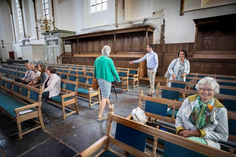 In de St Joriskerk krijgen de bezoekers een plaats aangewezen die misschien niet hun eigen plek is, maar wel voor de kansel.  Beeld Werry Crone