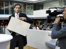 LIVE I Minister Hoekstra met koffertje naar Kamer