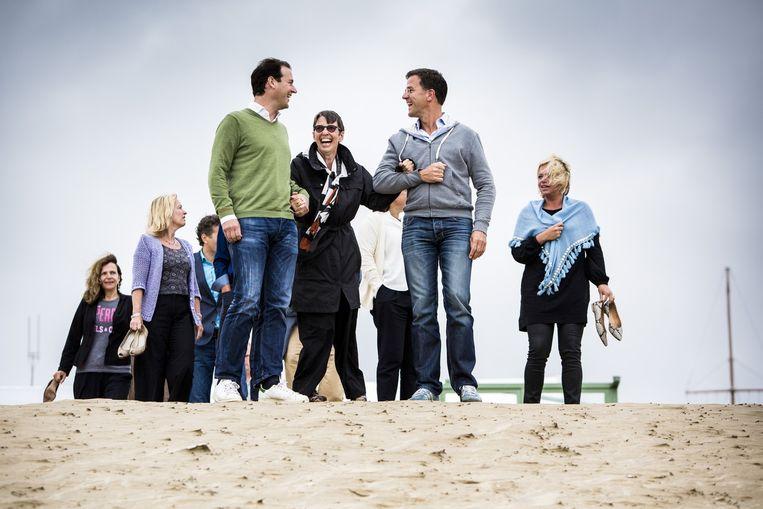 Het kabinet op het strand tijdens de traditionele heidag. Ministers en staatssecretarissen komen bijeen om in informele sfeer en omgeving vooruit te blikken naar het komende politieke seizoen. Beeld Freek van den Bergh