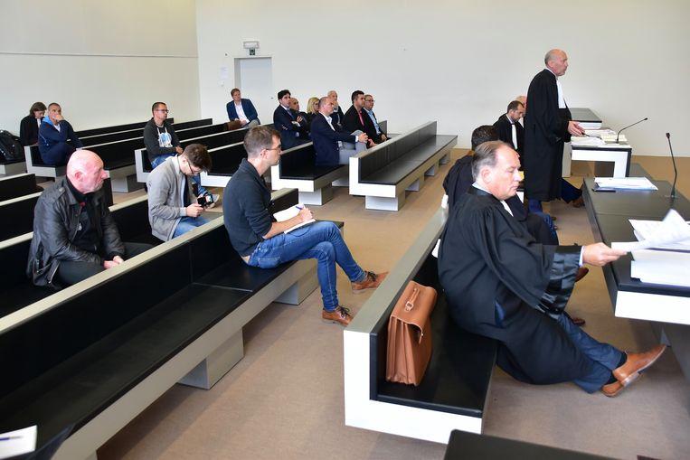 Advocaat Johan Vynckier (rechtop) behartigt de belangen van KSV Roeselare. De man die neerzit links vooraan is curator Yves Francois.