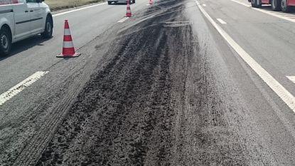 Vrachtwagen verliest over halve kilometer lading slib op Brusselse buitenring, avondspits verloopt moeilijk