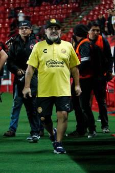 'Diego Maradona heeft twee knieprotheses nodig'