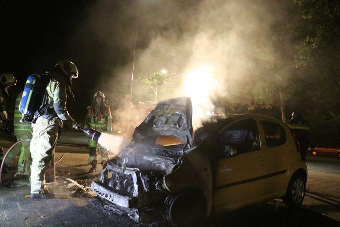 De brandweer in Nieuwegein kon niet voorkomen dat de auto geheel verloren ging.