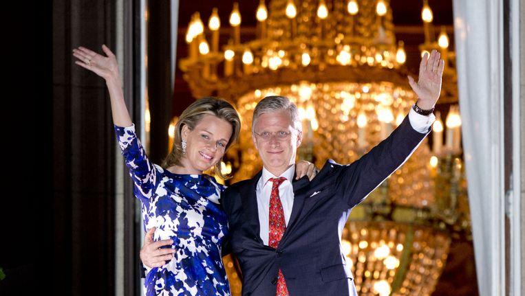 De Belgische koning Filip en koningin Mathilde op het balkon van het Koninklijk Paleis. Beeld anp
