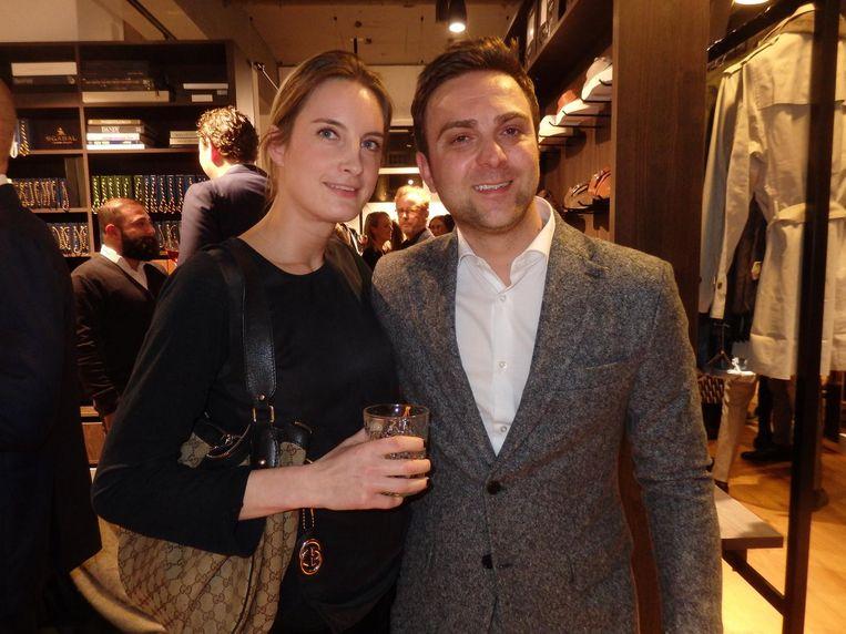 Gravin Fleur Festetics de Tolna (Clothing Man) en haar man Nicola Flagiello, die zijn eigen pakken maakt. 'Deze is misschien iets te warm. Honderd procent wol' Beeld Schuim