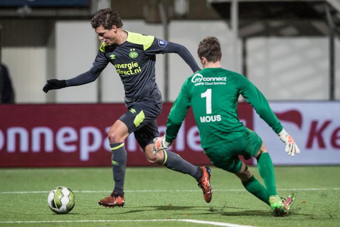 PSV-speler Sam Lammers probeert FC Oss-keeper Xavier Mous te passeren.