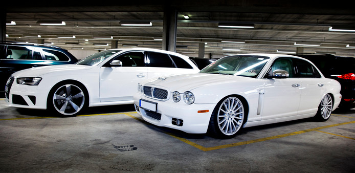 Luxury Ride Autoverhuur verhuurde luxe auto's.
