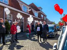 Bewoners Rivierenwijk konden niet naar uitvaart wijkburgemeester Harry (72), maar dat weerhield ze niet van een bijzonder eerbetoon