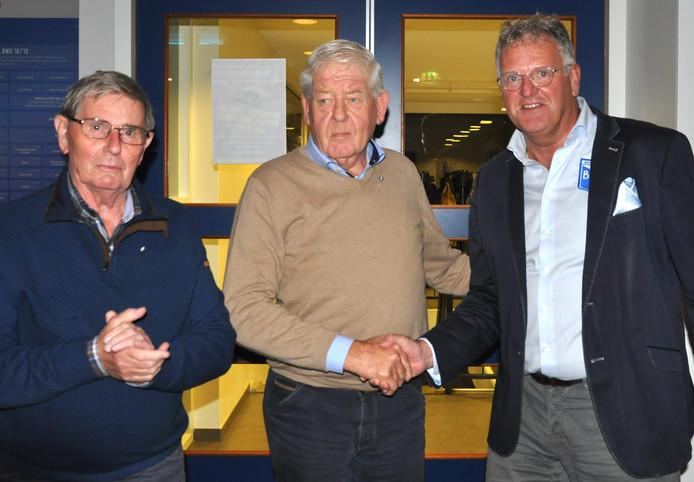 BWO-voorzitter Lukas van Belkum met Theo Krakers (midden) en Gerrit Nijland (links), beiden 60 jaar lid. Niet op de foto: Gerard Brilhuis.