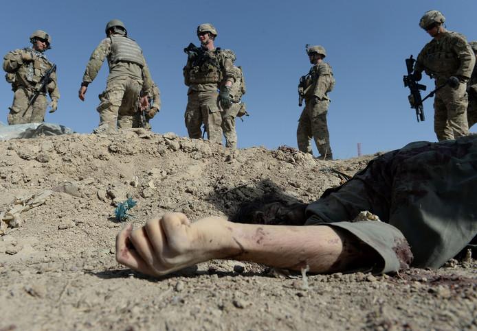 Amerikaanse militairen bij het lichaam van een bij een zelfmoordaanslag omgekomen Afghaan.