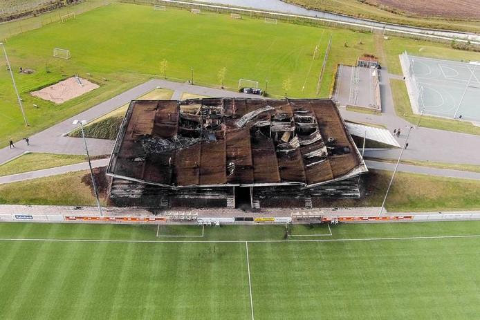 Het afgelopen zaterdag afgebrande clubgebouw vanuit de lucht gezien. De foto is gemaakt met een drone. foto Modelvliegsport Oosterhout