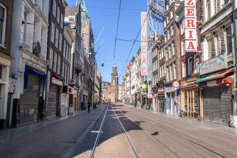 Een vrijwel verlaten Reguliersbreestraat, eind maart in Amsterdam.  Beeld Getty