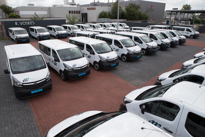 TCR breidt het wagenpark uit voor het leerlingenvervoer in Raalte en Olst-Wijhe. De veertig busjes staan klaar bij voormalige garage Voskes.