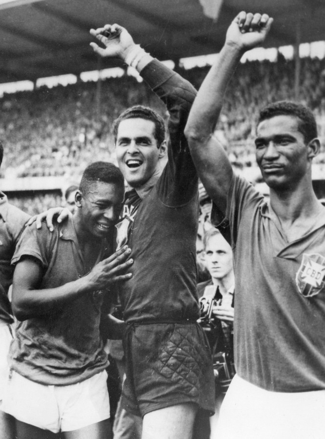 Pelé in tranen van geluk na het winnen van de wereldtitel met Brazilie in Zweden op 29 juni 1958. Naast hem doelman Gilmar dos Santos en Didi.