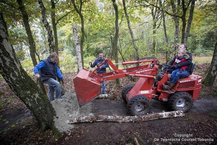 Vrijwilligers waren zaterdag in actie om de mountainbikeroute in het Springendal weer op orde te krijgen.