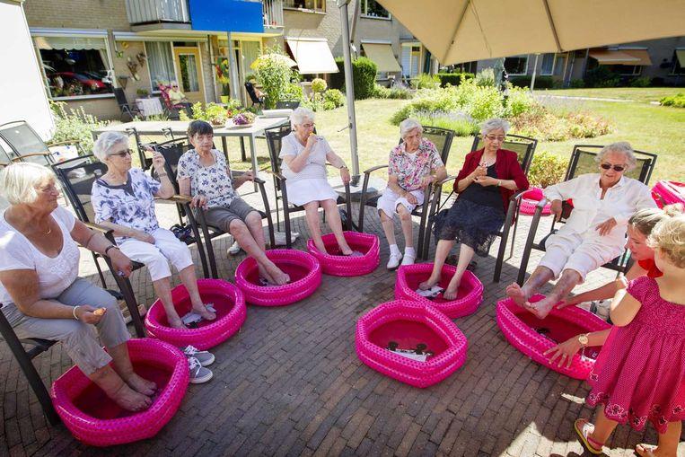 Leerlingen van de Kerckeboschschool hebben voetenbadjes uitgedeeld aan bewoners van verzorgingshuis Spathodea om verkoeling te brengen (foto uit 2015). Beeld null