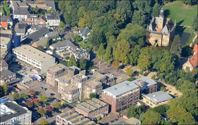 Een deel van het plangebied van Tussen Kasteel en Wijchens Meer. In het midden van de foto het oude gemeentehuis, rechts kasteel Wijchen.