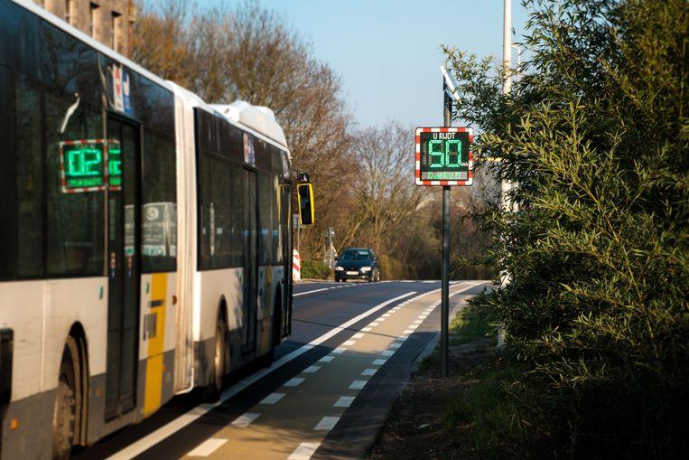 Het snelheidsbord in de Kapelstraat geeft aan of je te snel rijdt of niet en of je een boete krijgt.