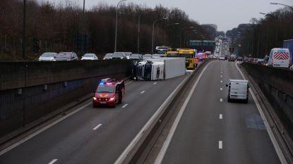Vrachtwagen kantelt net voor Leonardtunnel