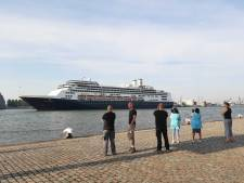 Gedenkwaardig moment: Cruiseschip Rotterdam komt toeterend nog één keer de stad invaren
