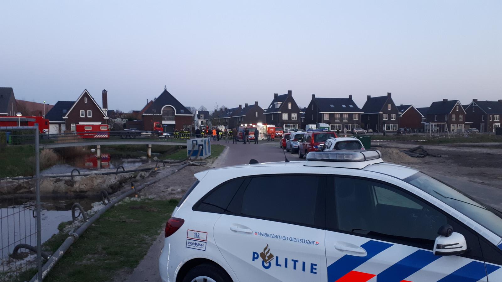 Om de medewerkers van Enexis en de brandweer rustig hun werk te laten doen werd de omgeving van het afgebrande transformatorhuisje door de politie afgesloten.