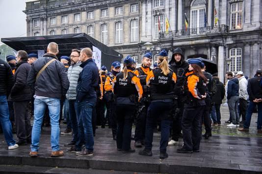 Ils étaient entre 600 et 700 policiers rassemblés sur la place Saint-Lambert.