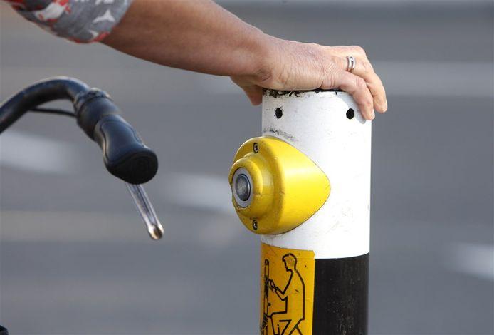 In Antwerpen worden de drukknoppen bij verkeerslichten 'elleboogvriendelijk'.