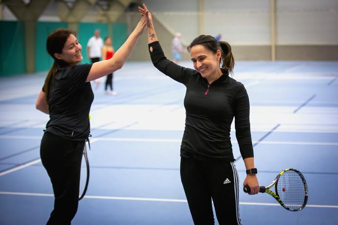 Agniezca (links) en Eliane zijn niet alleen op de tennisbaan vriendinnen, ook in het dagelijks leven hebben de vrouwen steun aan elkaar.