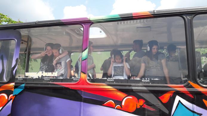 Leerlingen van het Elde College in de DJ Bus uit Den Bosch. Zij kregen hier les van dj's.