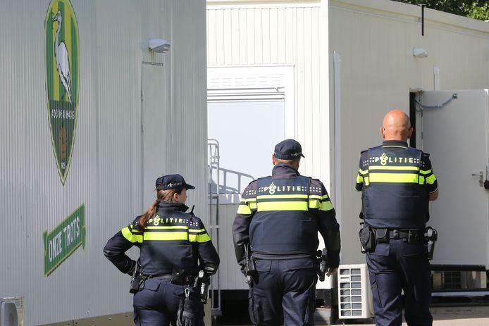 Politie tijdens de eerste training van ADO.