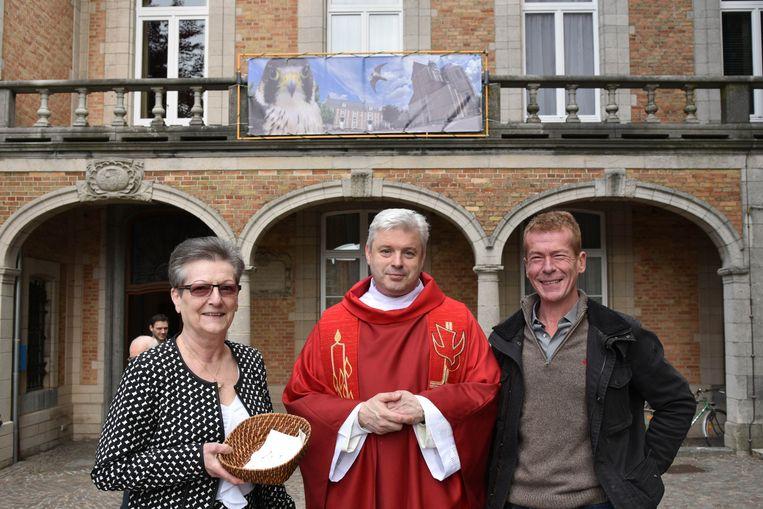 Meter Nelly De Smedt, pastoor Johan Goossens en peter Eddy De Mol.