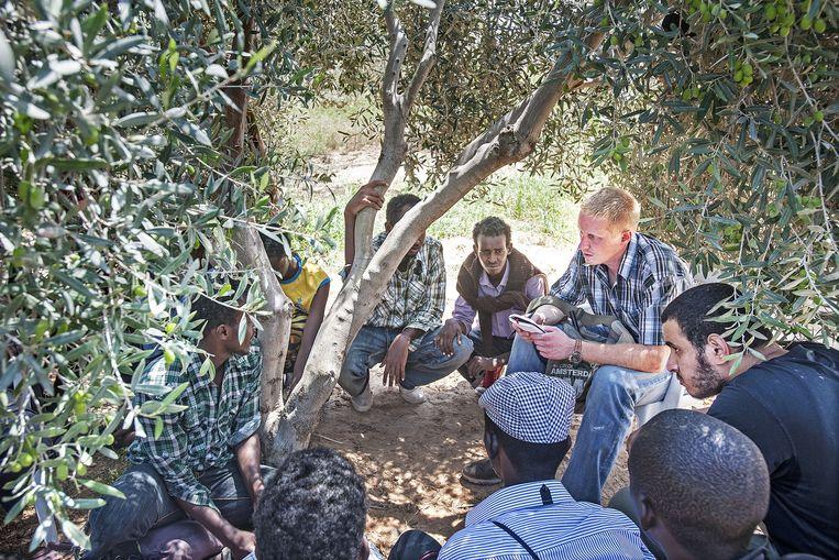 Remco Andersen in gesprek met groep Somalische vluchtelingen die door de burgeroorlog bekneld is geraakt tussen de strijdende partijen. Beeld Guus Dubbelman / de Volkskrant
