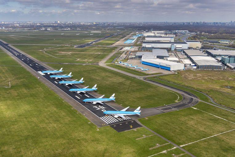 Luchtfoto van vliegtuigen van KLM die geparkeerd staan op de Aalsmeerbaan. Beeld ANP