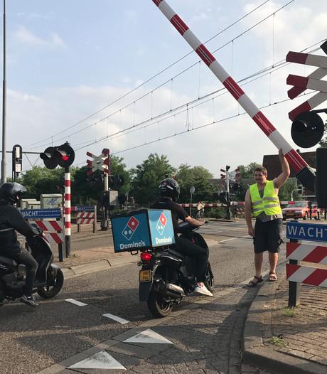 Treinverkeer tussen Den Bosch en Tilburg flink ontregeld door blikseminslag; spoorbomen in Vught defect