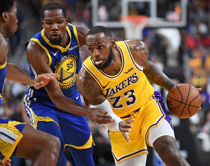 LeBron James in actie tegen Golden State Warriors.