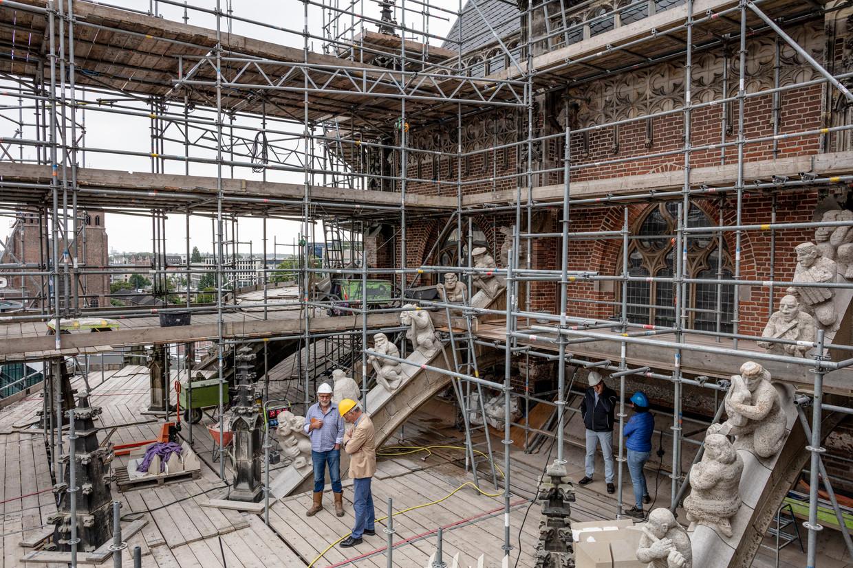 Restauratiewerk op het dak van de Eusebiuskerk in Arnhem. Omdat het een van de rijkst gedecoreerde kerken in Nederland is, kost het project 32 miljoen euro. Voor de ornamenten zijn vaklieden zoals beeldhouwers ingeschakeld.