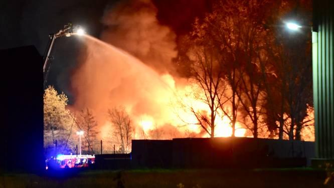 Hevige brand in recyclagebedrijf in Ieper levert gigantische rookpluim op